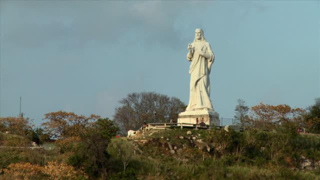 ws el cristo de la habana statue / havana, cuba - figura maschile video stock e b–roll