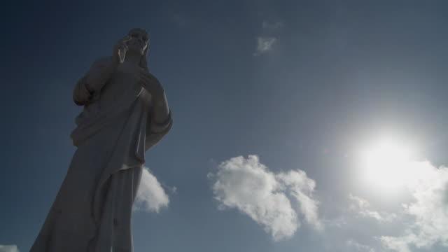 ws la el cristo de la habana statue under blue sky / havana, cuba - figura maschile video stock e b–roll