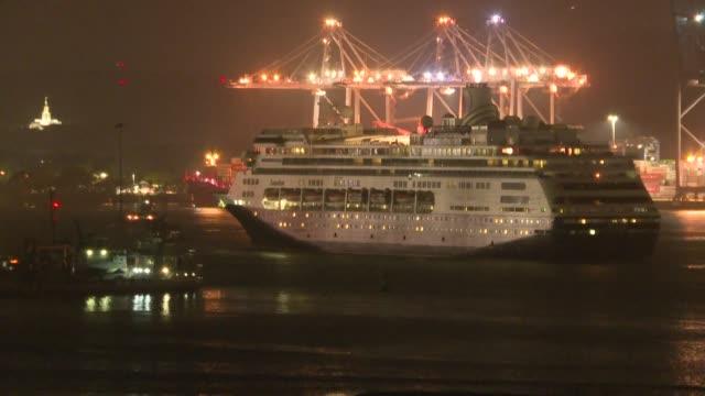 """el crucero """"zaandam"""", con muertos y afectados por el nuevo coronavirus, y su buque asistente """"rotterdam"""" cruzaron el lunes el canal de panama,... - transporte stock videos & royalty-free footage"""