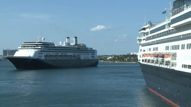 stockvideo's en b-roll-footage met el crucero zaandam y su buque asistente rotterdam que transportan cuatro fallecidos y decenas de pacientes con coronavirus llegaron el jueves al sur... - transporte