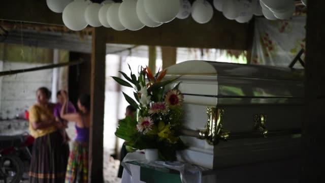 el cuerpo de jakelin caal una nina de siete anos era velado el lunes en guatemala luego de que falleciera por causas no reveladas en un hospital de... - 6 7 anos stock videos & royalty-free footage