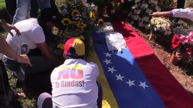 El cuerpo del expolicía Oscar Perez que se levanto en contra del presidente Nicolás Maduro fue enterrado el domingo en Caracas en contra de la...