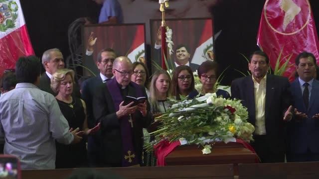 el cuerpo del expresidente peruano alan garcia quien se suicido el miercoles era velado el jueves en la sede de su partido en medio de criticas a la... - politica stock videos & royalty-free footage
