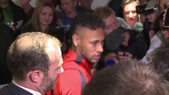 El delantero brasileno del París Saint Germain Neymar fue suspendido tres partidos de Liga de Campeones por insultos contra el arbitro del...