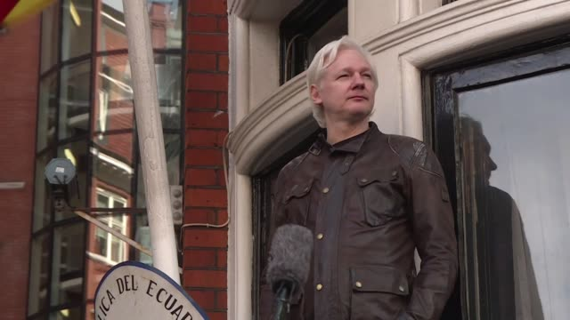 vídeos de stock, filmes e b-roll de el departamento de justicia de estados unidos anuncio el jueves 17 nuevos cargos contra el fundador de wikileaks julian assange en especial... - fundador