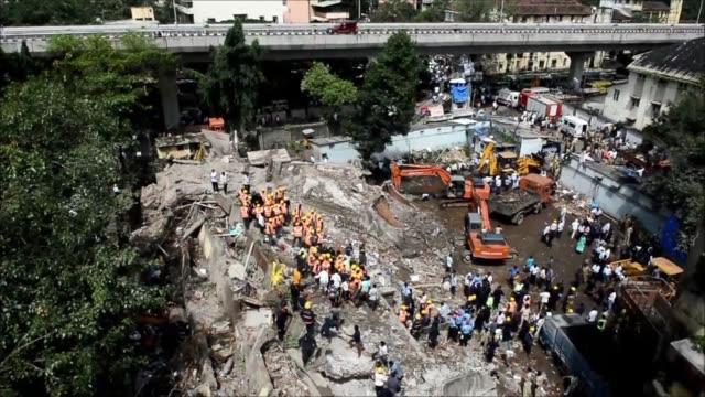 el derrumbe de un edificio de cinco pisos este viernes en bombay dejo al menos cinco muertos y decenas de personas atrapadas entre los escombros... - personas stock videos & royalty-free footage