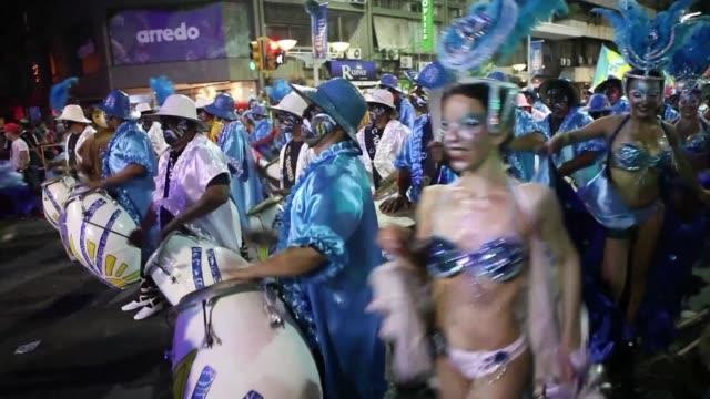 el desfile de apertura del carnaval uruguayo dio comienzo este jueves a una de las fiestas más extensas del mundo, que por 40 dias llevara a todo el... - uruguay stock videos & royalty-free footage
