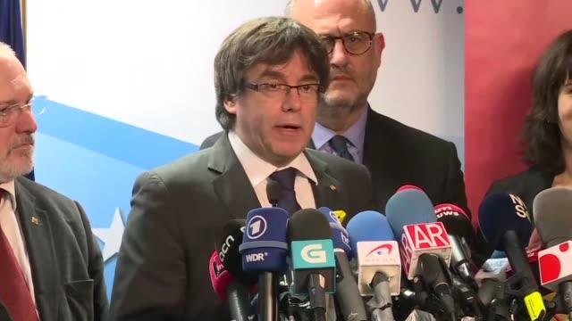 El destituido jefe del gobierno catalan Carles Puigdemont acusado en Espana de sedicion y rebelion ofrecio el viernes al presidente del ejecutivo...