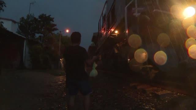 el diluvio casi biblico no detiene a norma en su mision llevar paquetes de comida y agua a los migrantes indocumentados que pasan por mexico... - tren de carga stock videos and b-roll footage