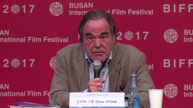 stockvideo's en b-roll-footage met el director de cine oliver stone dijo que el productor de hollywood harvey weinstein acusado de abusos sexuales y violacion es condenado por un... - oliver stone