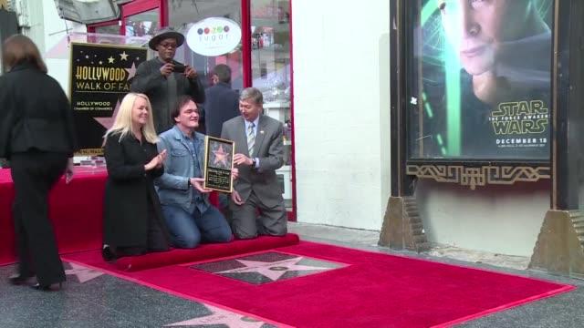 stockvideo's en b-roll-footage met el director de cine quentin tarantino obtuvo su estrella en el paseo de la fama de hollywood a pocos dias del estreno de su ultima pelicula los ocho... - estampa