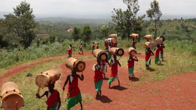 el eco de los tambores de madera sobre una colina en burundi recuerda a sus ciudadanos el antiguo sonido de una tradicion sagrada que una vez fue un... - madera material stock videos & royalty-free footage