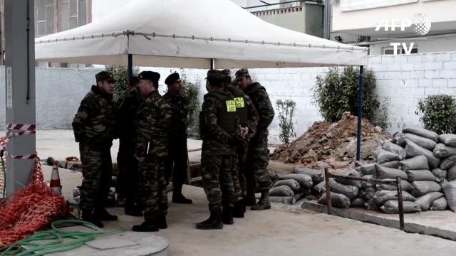 El ejercito de Grecia logro el domingo desactivar una bomba de la Segunda Guerra Mundial que obligo a evacuar a unos 70000 habitantes en un suburbio...