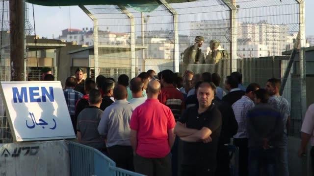 el ejercito israeli anuncio que impedira este fin de semana a los palestinos entrar en israel endureciendo las restricciones adoptadas tras el ataque... - entrada stock videos and b-roll footage