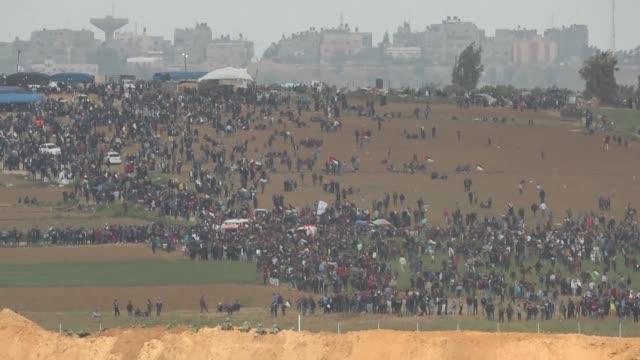 el ejercito israeli mato a al menos 16 palestinos e hirio a centenares el viernes en uno de los mas violentos enfrentamientos de los ultimos anos que... - gaza strip stock videos & royalty-free footage