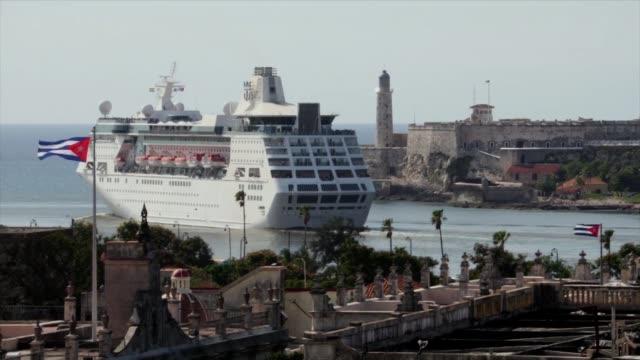 vídeos de stock e filmes b-roll de el empress of the seas se convirtio el miercoles en el ultimo crucero propiedad de una empresa estadounidense en atracar en puerto cubano luego de... - presidente de empresa
