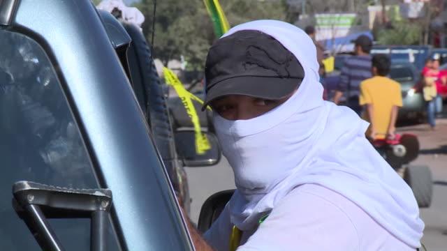 el enfrentamiento entre el ejercito mexicano y miembros de milicias de autodefensa el martes en michoacan dejo al menos un muerto voiced : mexico... - morelia video stock e b–roll