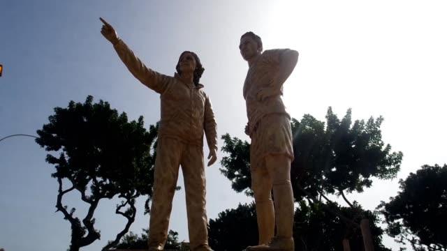 El entrenador argentino Ricardo Gareca y el delantero peruano Paolo Guerrero tienen sus estatuas en un parque de Lima tras su participación en el...