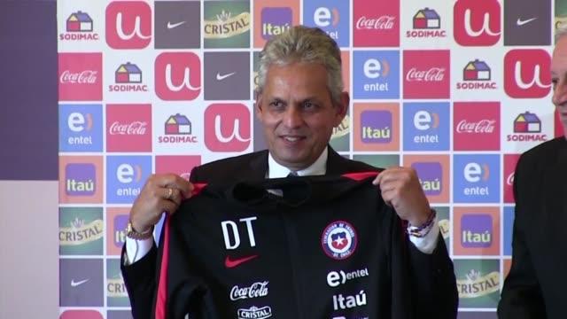 vídeos y material grabado en eventos de stock de el entrenador colombiano reinaldo rueda fue presentado el viernes como nuevo director tecnico de la seleccion chilena de futbol asumiendo los retos... - llevar
