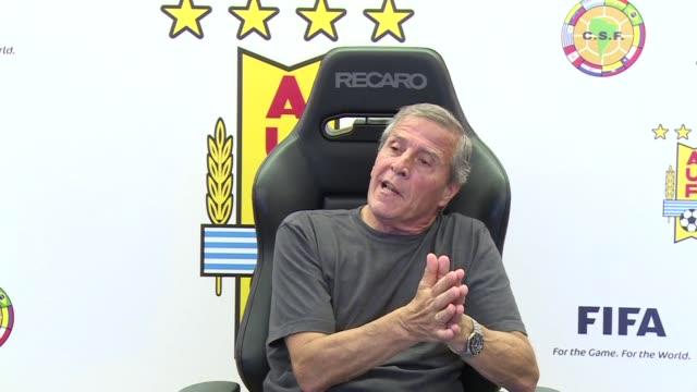 el entrenador de la seleccion uruguaya oscar tabarez critico la sancion impuesta contra el jugador uruguayo luis suarez por la fifa que le impedira... - desafio stock videos and b-roll footage