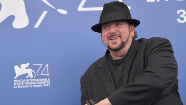 vídeos y material grabado en eventos de stock de el escandalo de abuso sexual en hollywood tiene un nuevo involucrado el director de cine james toback fue acusado por 38 mujeres de encuentros... - ee.uu