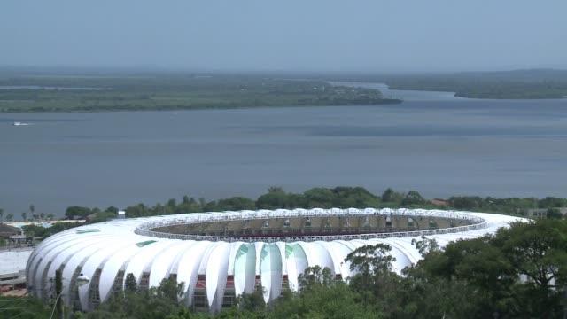 el estadio mundialista beira rio de porto alegre que sera inaugurado por dilma rousseff el jueves esta terminado en un 97% voiced beira rio de porto... - südbrasilien stock-videos und b-roll-filmmaterial