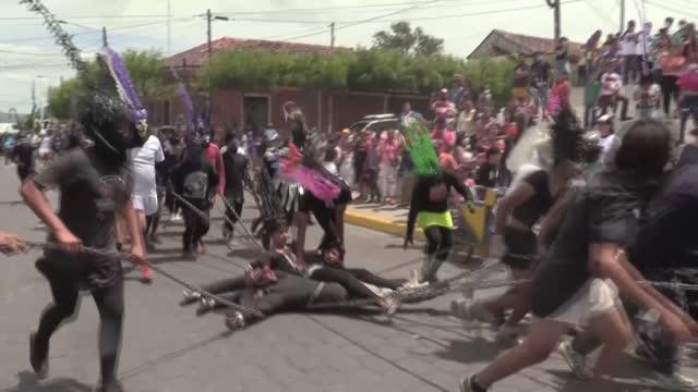 vídeos y material grabado en eventos de stock de el estridente ruido de las cadenas alborotó el viernes de semana santa al pueblo de masatepe - viernes