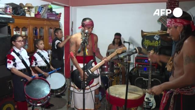 el estruendo de las guitarras y la batería se funde con los sonidos apacibles de una caracola en una descarga de punk de los hermanos sandoval que... - música stock videos & royalty-free footage