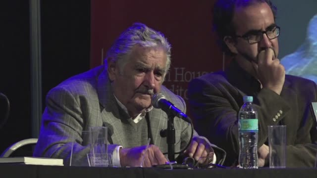 el ex presidente de uruguay jose pepe mujica presento el domingo en la capital argentina una biografia que lo describe como la oveja negra de la... - biografia video stock e b–roll