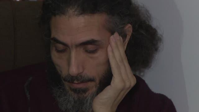 el exdetenido sirio de la carcel de guantanamo jihad diyab que se encuentra refugiado en uruguay desde 2014 anuncio elviernes que retomara una huelga... - refugiado stock videos & royalty-free footage