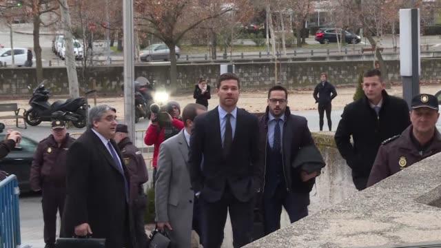 El exfutbolista espanol Xabi Alonso se presento el martes ante un tribunal de Madrid por denuncias de fraude fiscal