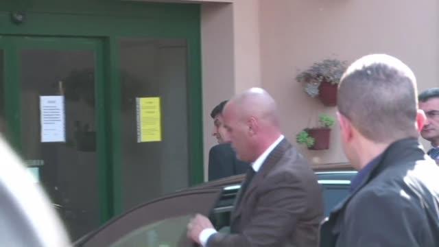 vídeos y material grabado en eventos de stock de el exjefe de gobierno italiano silvio berlusconi comienza a cumplir su condena de servicios comunitarios por fraude fiscal en un centro especializado... - fraude