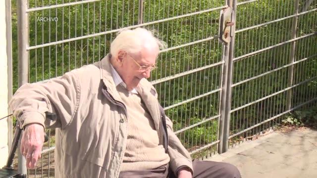 el exmiembro de las ss y contable del campo de concentracion de auschwitz oskar groning fue condenado el miercoles a cuatro anos de prision pese a... - nazismo stock videos & royalty-free footage