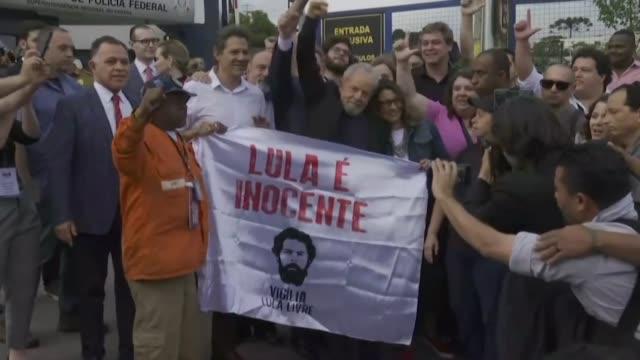 el expresidente brasileno luiz inacio lula da silva salio libre el viernes de la carcel de curitiba sur donde purgaba una pena de mas de ocho anos de... - südbrasilien stock-videos und b-roll-filmmaterial