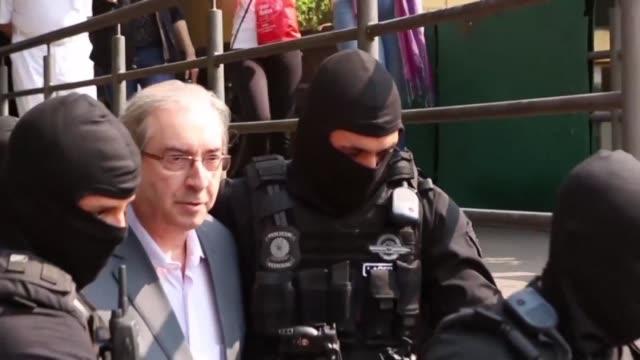 stockvideo's en b-roll-footage met el expresidente de la camara de diputados de brasil eduardo cunha salio de su detencion el jueves para un examen forense mientras las autoridades... - omkoping