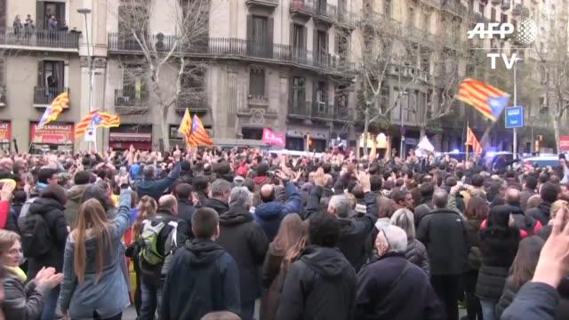 vídeos de stock e filmes b-roll de el expresidente independentista catalan carles puigdemont acusado de rebelion por la justicia espanola fue arrestado el domingo en alemania lo que... - rebeldia