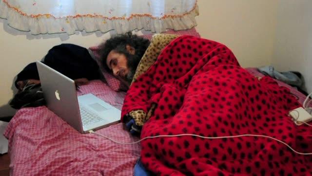 el exrecluso sirio de guantánamo jihad diyab refugiado en uruguay desde 2014 se encuentra en coma superficial y en hidratacion tras mas de 20 dias en... - refugiado stock videos & royalty-free footage