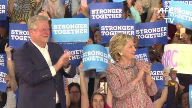 vídeos de stock, filmes e b-roll de el exvicepresidente estadounidense al gore reaparecio en la arena electoral en apoyo a su copartidaria la candidata democrata a la casa blancao... - a. gore