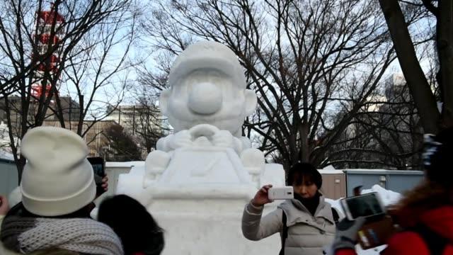 el festival de la nieve de sapporo uno de los mayores eventos de invierno de japon atrae cada ano alrededor de dos millones de personas para ver... - schneefestival stock-videos und b-roll-filmmaterial