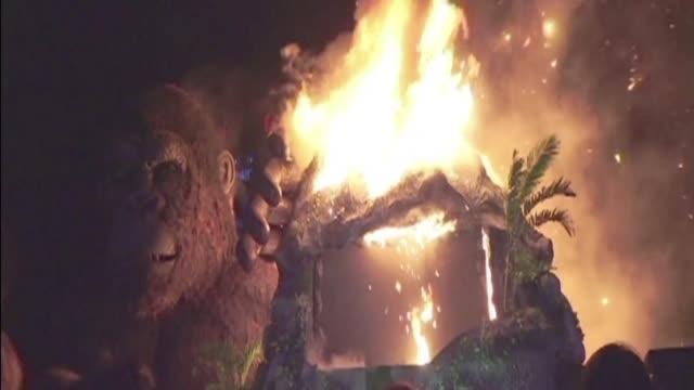 La Isla Calavera tuvo un estreno accidentado en Vietnam cuando las llamas se apropiaron de la enorme figura decorativa del gorila