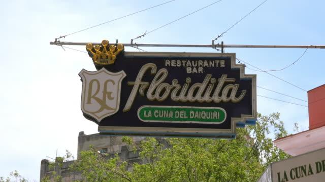 vídeos y material grabado en eventos de stock de el floridita is a historic fish restaurant and cocktail bar in the older part of the cuban capital city it is a major tourist attraction because the... - daiquiri