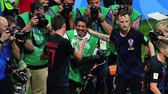 el fotografo de la afp yuri cortez quedo atrapado este miercoles bajo una montana de jugadores croatas que celebraban el gol de la victoria por 2-1... - semifinal round stock videos & royalty-free footage