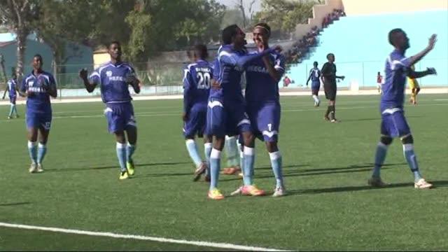 El fútbol volvio al estadio Banadir bombardeado en 2009 cuando el gobierno buscaba alejar a los islamistas shebab VOICED Vuelve el futbol a Somalia...