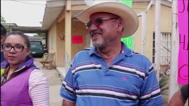 vídeos de stock, filmes e b-roll de el fundador de las autodefensas mexicanas en michoacan hipolito mora fue liberado el lunes por un juez que considero que actuo en legítima defensa - fundador