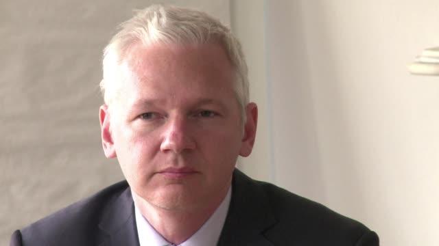 vídeos de stock, filmes e b-roll de el fundador de wikileaks el australiano julian assange recibio la ciudadania ecuatoriana tras permanecer asilado mas de cinco anos en la embajada de... - fundador