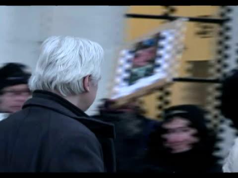 vídeos de stock, filmes e b-roll de el fundador de wikileaks julian assange comparece durante dos dias a partir de este miercoles ante la corte suprema britanica que examinara el ultimo... - fundador