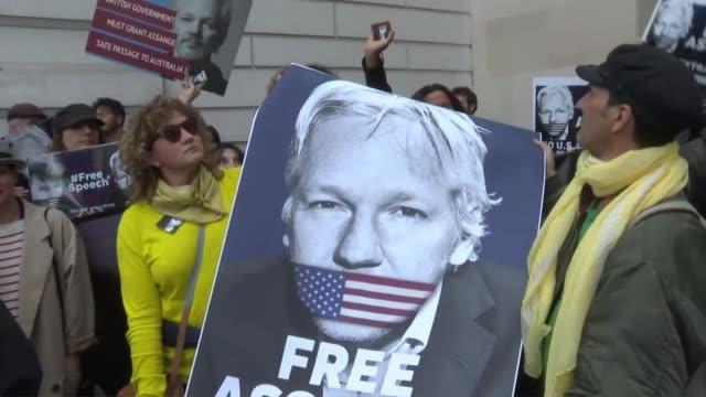 vídeos de stock, filmes e b-roll de el fundador de wikileaks julian assange reafirmo el jueves ante la justicia britanica su oposicion a ser extraditado a estados unidos donde teme... - fundador