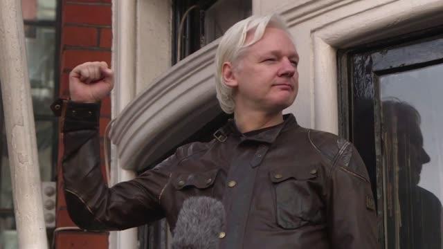 vídeos de stock, filmes e b-roll de el fundador de wikileaks julian assange refugiado desde 2012 en la embajada de ecuador en londres fue detenido el jueves por la policia britanica... - fundador