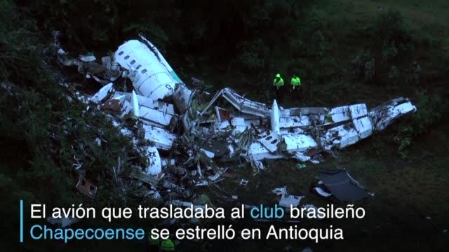 el futbol sudamericano se encuentra de luto despues de que el avion que transportaba a la plantilla del club brasileno chapecoense se estrellara en... - luto stock videos and b-roll footage