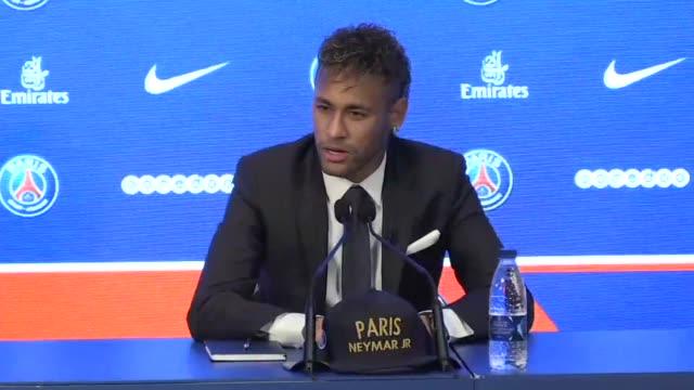 el futbolista brasileno neymar dijo el viernes durante su presentacion en el paris saint germain que su traspaso se dio porque buscaba un desafio mas... - neymar da silva stock-videos und b-roll-filmmaterial